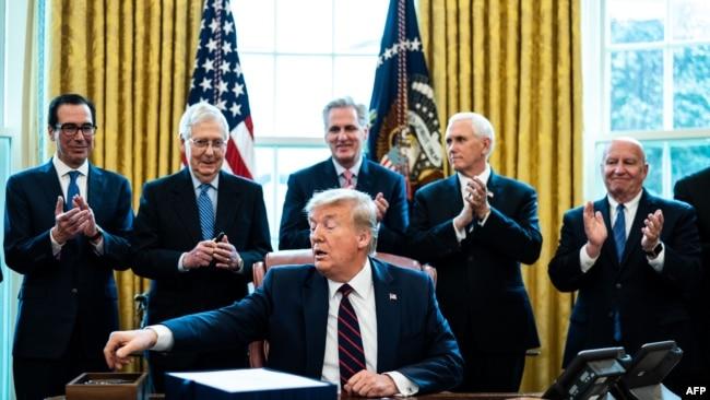 Tổng thống Mỹ Donald Trump ký ban hành gói cứu nguy kinh tế 2,2 ngàn tỷ đô la, chiều ngày 27/3/20.