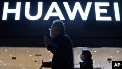 2021年4月12日行人经过北京一家华为电子商店。