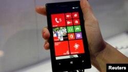 Nokia espera que el diseño del Luminia 720, además de su atractiva cámara, logren ganar la confianza de nuevos consumidores de teléfonos móviles.