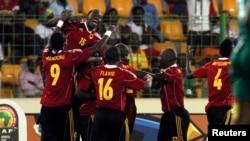 Les joueurs angolais célèbrent après avoir marqué contre le Burkina Faso lors de leur match de football de la Coupe d'Afrique des Nations au stade de Malabo, le 22 janvier 2012.