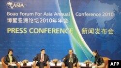 龙永图(左二)和拉莫斯(左三)在新闻发布会上
