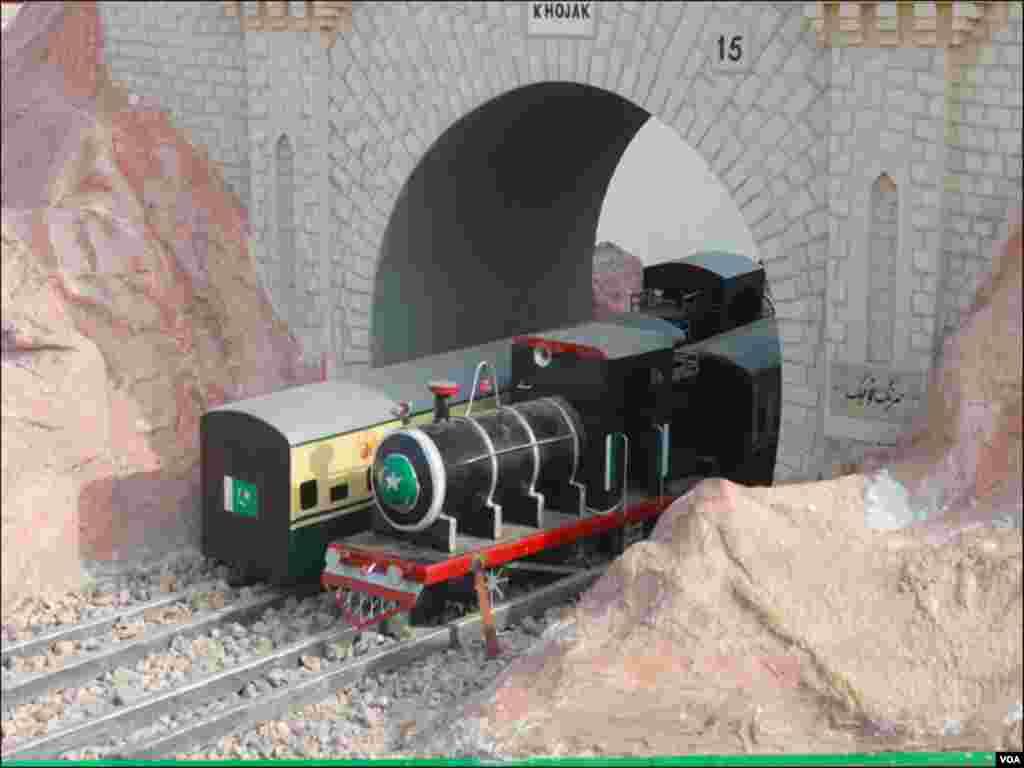 آزادی ٹرین میں موجود ایک فلوٹ پر خوجک ریلوے سرنگ کا منظر