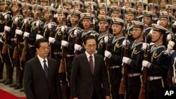 중국 베이징에서 후진타오 국가주석과 의장대를 사열하는 이명박 한국 대통령