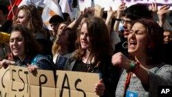 Les étudiants et les syndicats de travailleurs crient des slogans lors d'une manifestation à Paris, 17 mars 2016