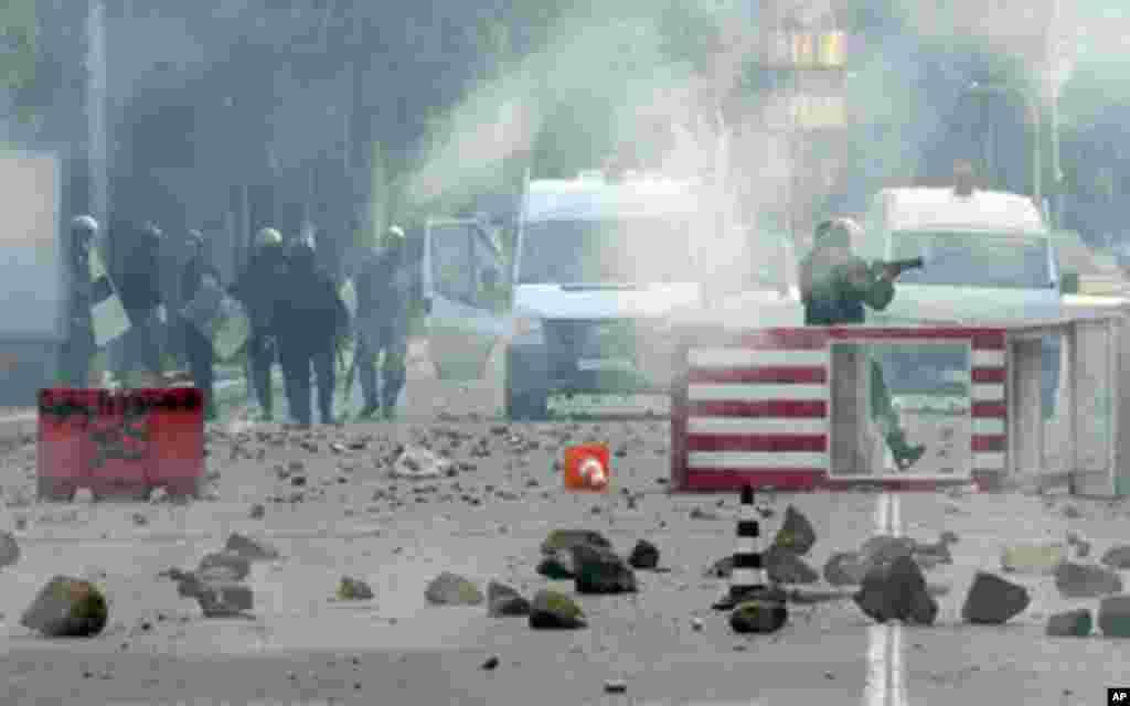 La police anti-émeute faisant usage de gaz lacrymogène contre les manifestants