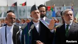 Soldan sağa: Eşref Gani, Cumhurbaşkanı Hamit Karzai ve Abdullah Abdullah