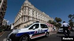 Un auto de la policía francesa custodia el Hotel Carlton Intercontinental en Cannes, Francia, después del millonario robo.