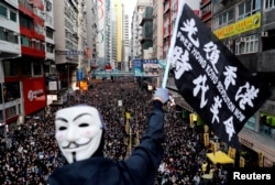 """资料照:香港民众打着""""光复香港、时代革命""""的旗帜参与反政府示威(路透社2019年12月8日)"""