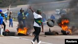 Sebesidla amalahla abalandeli baka Mnu. jacob Zuma ovalelwe entilongweni. (Reuters)