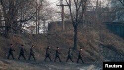 지난해 12월 북한 접경도시 신의주의 압록강변에서 순찰 중인 북한 군인들. (자료사진)