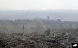 La fumée monte de la ville côtière de Latakia après l'intervention des chars et des navires de guerre syriens