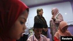 Kepala Komisi Tinggi HAM PBB, Michelle Bachelet (kiri belakang) berbincang dengan seorang guru saat mengunjungi sekolah Rohingya di Kajang, Malaysia, 4 Oktober 2019. (Foto: Reuters)