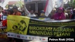 Aksi peringatan Hari Tani Nasional di depan Kantor Kanwil BPN Jawa Timur di Surabaya menuntut pelaksanaan Reforma Agraria Sejati (Foto: VOA/Petrus Riski).