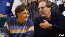 Bill Gates conversa con Paul Allen, durante un partido de los Blazers, equipo del cual él es propietario, 11 de marzo 2003.