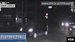 Gambar dari stasiun televisi NHK setelah gempa 7,4 skala Richter, Kamis (7/4). Pemerintah setempat mengeluarkan peringatan tsunami, memerintahkan warga untuk pergi ke tempat lebih tinggi.