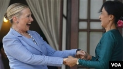 امریکی وزیر خارجہ ہلری کلنٹن اور برما کی حزب اختلاف کی راہنما آنگ ساں سوچی