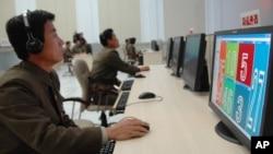 지난 2012년 북한의 로켓 발사 당시, 과학자들이 관제탑에서 일하고 있다. (자료사진)