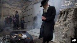 22일 이스라엘 예루살렘에서 초정통파 유대인이 유월절 준비를 위해 누룩이 들어있는 음식을 태우고 있다. 유대인들은 성경에 기록된대로 이집트에서 해방된 날인 유월절을 기념하기 위해 이 날에는 누룩을 제거한 음식만 먹는다.