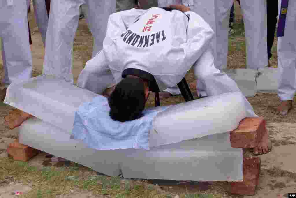 وقتی یک دانش آموز هندی برای نشان دادن مهارتش، با سر یخ می شکند.