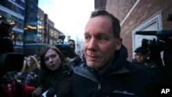 哈佛大學教授利伯離開波士頓的聯邦法院時被記者包圍。(2020年1月30日)