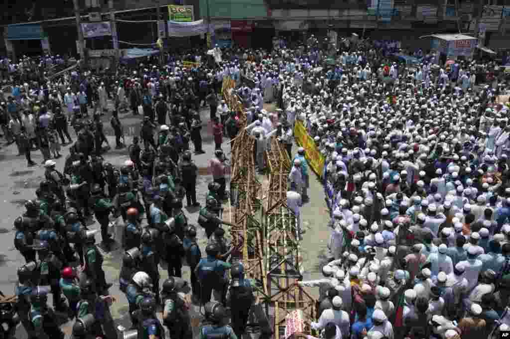 5일 방글라데시 다카 시에서 이슬람 시위대가 길을 막고 시위를 펼치고 있다.