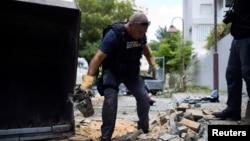 2014年7月14日,以色列警方的爆破專家從加沙市發射到以色列阿什杜德的火箭彈碎片。