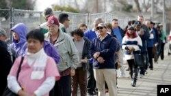 Largas colas de gente para comprar boletos para la lotería Powerball como esta San Lorezo, California, se ven en todo Estados Unidos.