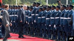 Israeli Prime Minister Benjamin Netanyahu, second from left, stops to talk with a soldier as he inspects a guard of honor at Nairobi State House in Nairobi, Kenya, July 5, 2016.