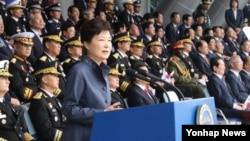 박근혜 한국 대통령이 지난 1일 계룡대에서 열린 제 68주년 국군의 날 행사에서 기념사를 하고 있다.