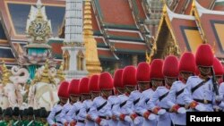 Pasukan Kerajaan Thailand berjalan di depan Istana Grand selama parade militer sebagai bagian dari perayaan menjelang ulang tahun Raja Bhumibol Adulyadej di Bangkok, Thailand (3/12).