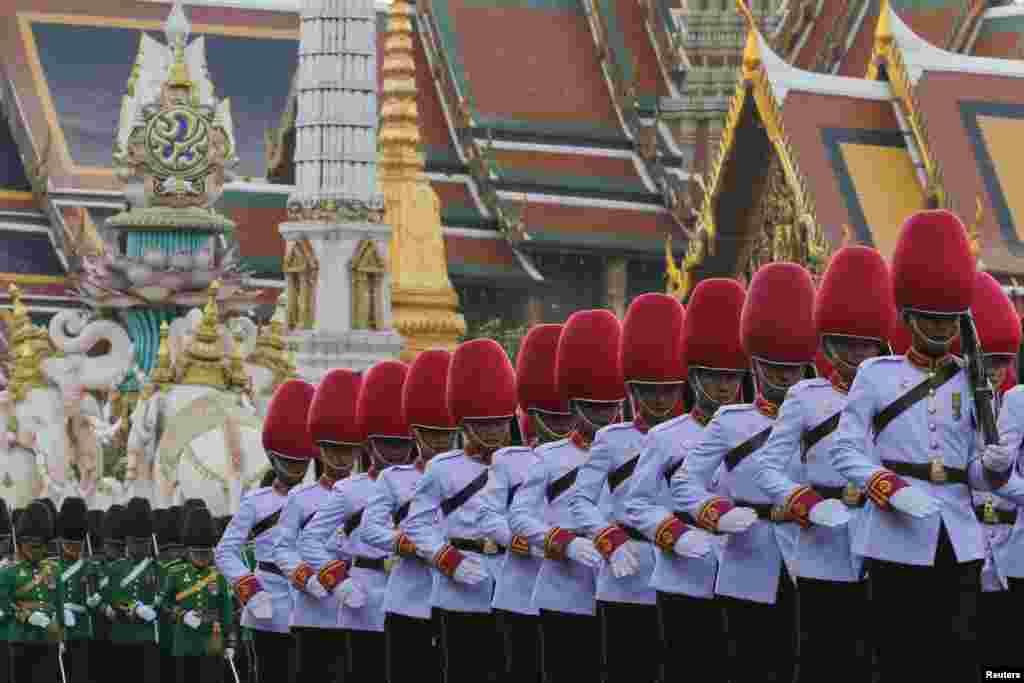 សេនារាជវង្សថៃដើរនៅខាងមុខរាជវាំង Grand Palace នៅអំឡុងពេលដង្ហែក្បួនយោធាមួយជាផ្នែកនៃការអបអរសារទរសម្រាប់ពិធីបុណ្យចម្រើនព្រះជន្មនាពេលខាងមុខរបស់ព្រះបាទ Bhumibol Adulyadej នៅក្រុងបាងកក ប្រទេសថៃ។ ព្រះអង្គ ជាព្រះរាជាគ្រងរាជ្យយូរជាងគេបំផុតនៅលើពិភពលោក ដែលនឹងឈានចូលជន្មាយុ ៨៨វស្សានៅថ្ងៃទី០៥ ខែធ្នូ។