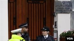 Polisi Inggris siaga di luar Kedubes Iran di London (30/11). Menlu William Hague telah memerintahkan semua diplomat Iran meninggalkan Inggris dalam waktu 48 jam.