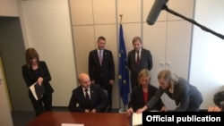 Momenti i nënshkrimit të MSA-së ndërmjet Kosovës dhe BE-së, 27 tetor 2015