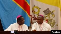 Mgr Marcel Utembi, à gauche, président de la Conférence épiscopale nationale du Congo (Cenco) et Mgr Fridolin Ambongo discutent lors du dialogue qu'ils président à Kinshasa, RDC, 21 décembre 2102.
