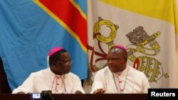 Mgr Marcel Utembi, à gauche, président de la Conférence épiscopale nationale du Congo (Cenco) et Mgr Fridolin Ambongo discutent lors du dialogue qu'ils président à Kinshasa, RDC, 21 décembre 2016.(REUTERS/Thomas Mukoya)