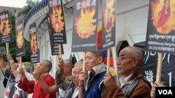 Para biarawan Tibet di Taipei, Tiawan melakukan unjuk rasa dengan membawa gambar para biarawan yang tewas akibat aksi bakar diri.