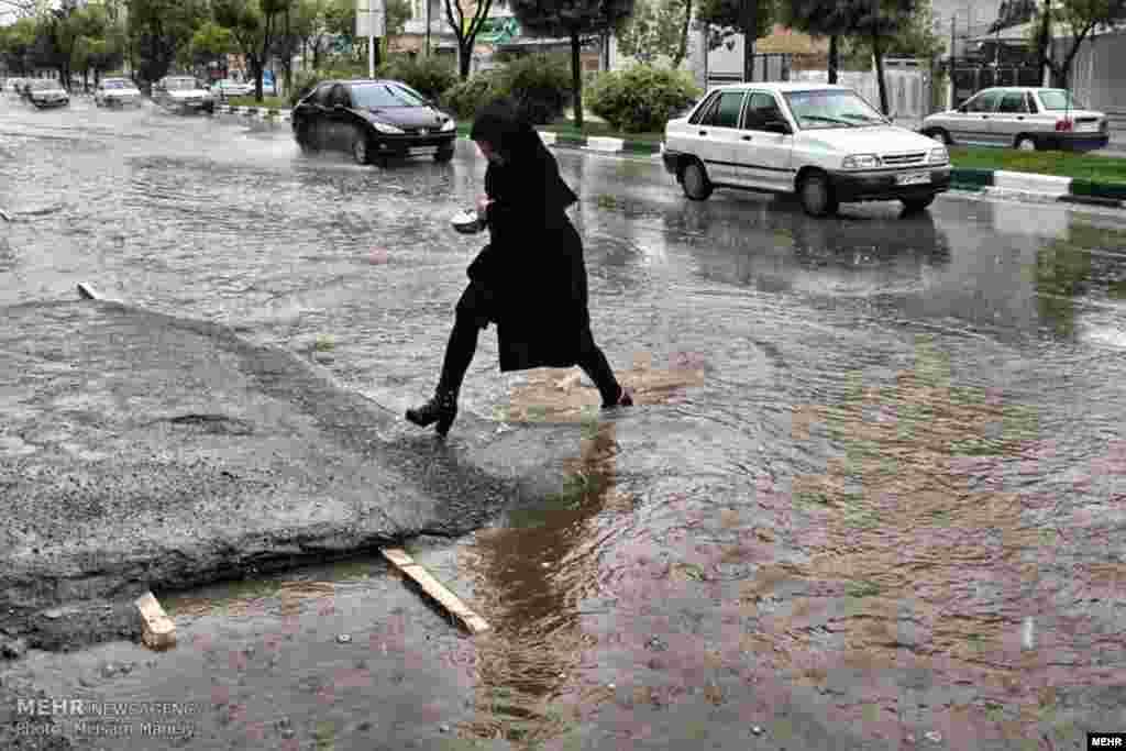 چند بارندگی بهاری، باعث آبگرفتگی معابر کرمانشاه می شود. عکس: میثم منایی، مهر