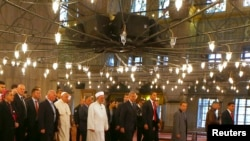Paus Fransiskus di masjid Sultan Ahmet, atau lebih dikenal dengan Masjid Biru bersama Mufti Istambul, Rahmi Yaran (tengah) dalam kunjungannya ke Istambul 29 November 2014.