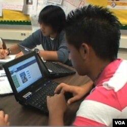 Siswa-siswa di wilayah Fairfax County, Virginia, menggunakan buku teks digital di kelas.