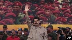 El presidente venezolano, Nicolás Maduro, saluda a sus seguidores y les promete una denuncia formal de la oposición ante organismos internacionales.