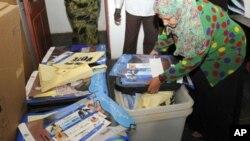 Jami'an hukumar zaben raba gardama a Sudan suke tantance rijistar da wasu kayan zabe a cibiyar hukumar dake Khartoum.
