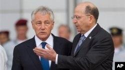 Menhan AS Chuck Hagel (kiri) berbincang dengan Menhan Israel Moshe Yaalon di Tel Aviv hari Senin (22/4).