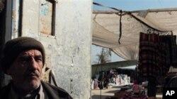 Salah seorang warga Suriah yang tinggal dekat wilayah perbatasan dengan Yordania di mana penyelundupan pangan kerap dilakukan (foto: dok.).