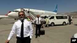 Piloti Ariana Afghan Airlines na pisti nakon slijetanja na aerodrom Hamzi Karzai, Afganistan, 5. septembra 2021.