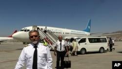 ນັກບິນສາຍການບິນ Ariana Afghan Airlines ຍ່າງຢູ່ສະໜາມບິນ ສາກົນ ຮາມິດ ຄາຊາຍ (Hamid Karzai) ວັນທີ 5, ກັນຍາ 2021.