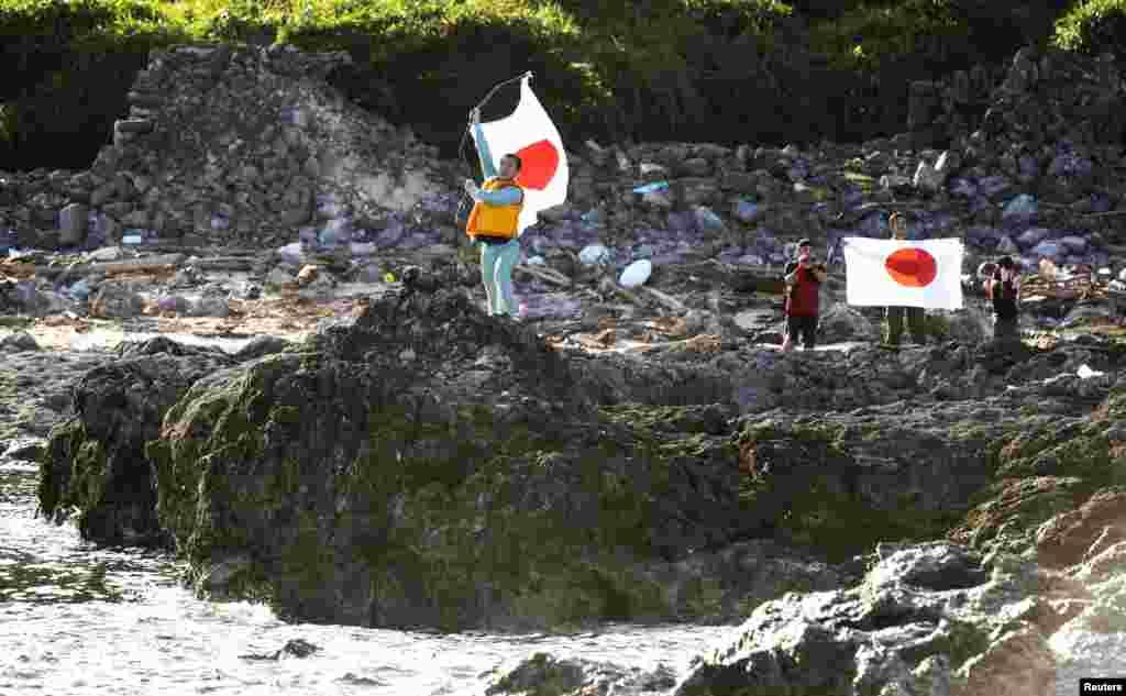 2012년 8월 19일 센카쿠 열도에 상륙해 일장기를 흔드는 시위대