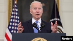 Presiden AS Joe Biden menyampaikan pernyataan tentang keadaan Rencana Penyelamatan Amerika-nya dari Ruang Makan Negara di Gedung Putih di Washington, AS, 5 Mei 2021. (Foto: REUTERS/Jonathan Ernst)