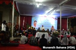 Romo Martinus Suharyanto (hem putih, berdiri paling kiri), Pastor Kepala Paroki Maria Assumpta Gamping sedang memberikan sambutan selamat datang pada Sahur Bersama Sabtu (26/5/2018) (foto: VOA/Munarsih Sahana)