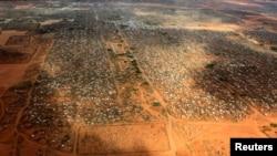 Une vue aérienne de camp de Dadaab, près de la frontière kényane et somalienne au Kenya, le 3 avril 2011.