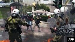 Người biểu tình ném bom xăng vào cảnh sát chống bạo động ở trung tâm Athens, ngày 11/5/2011